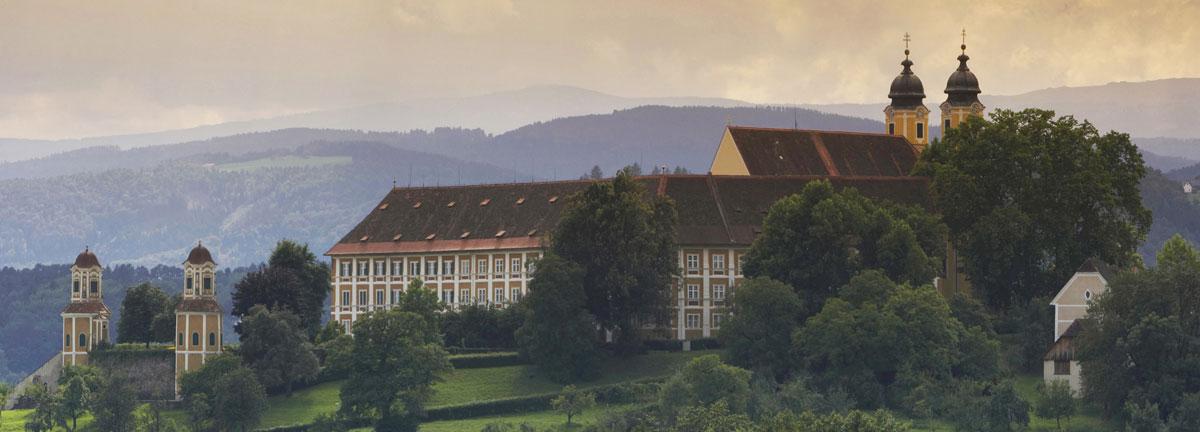 Ein Besuch beim Schloss Stainz belohnt Sie mit einer wunderbaren Aussicht auf die Schilcher Weinberge.